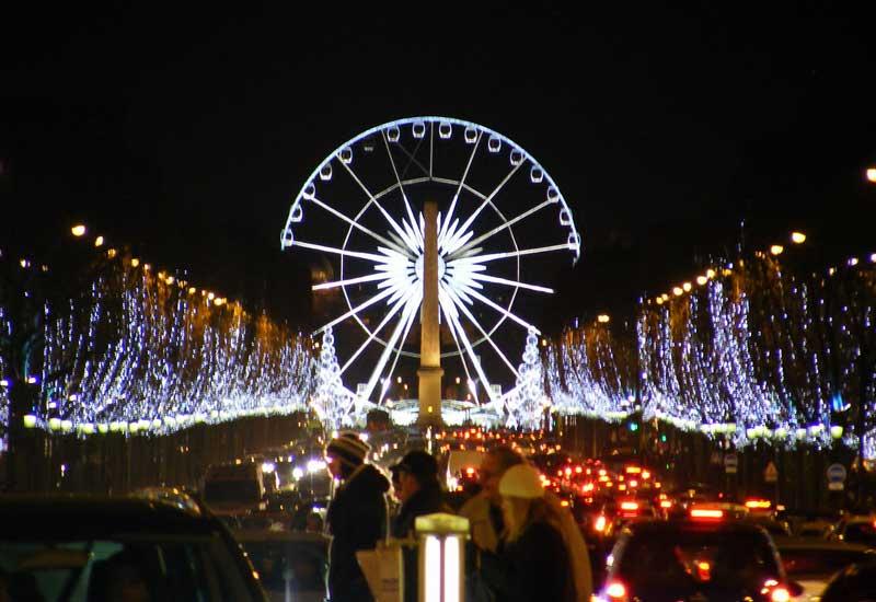 Vue spectaculaire sur les Champs Elysées avec les illuminations de Noël   et la grande roue installée au fond sur la place de la Concorde