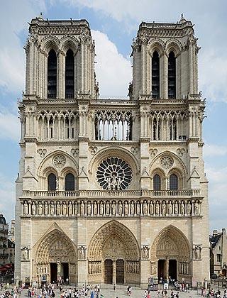 Façade de Notre-Dame de Paris vue du parvis avec les deux tours contenant les beffrois des cloches.