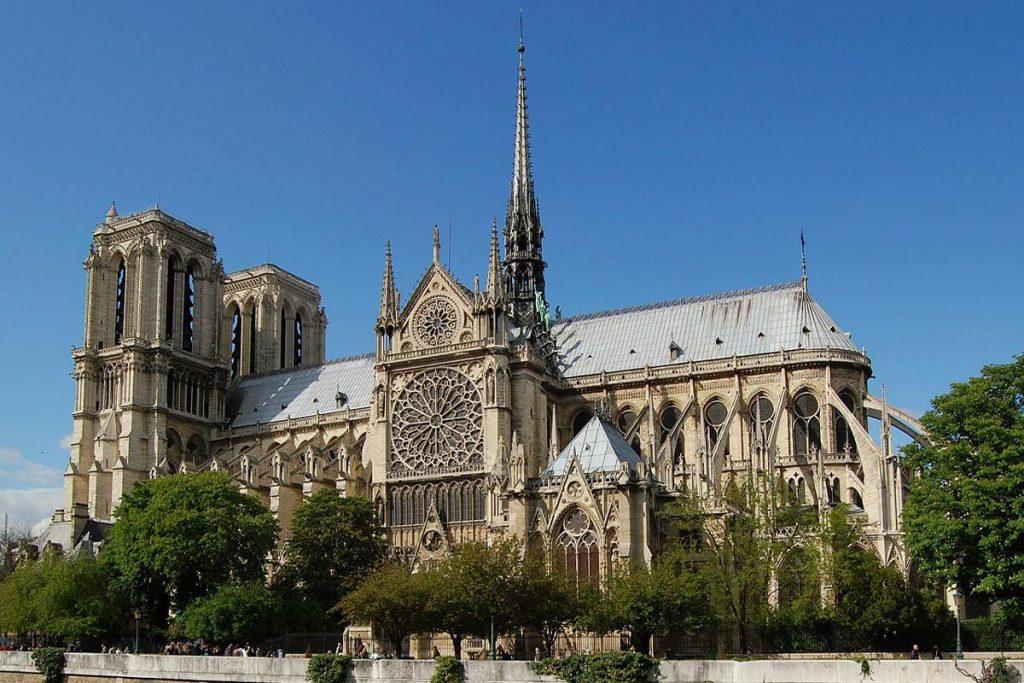 La cathédrale Notre-Dame de Paris, vue de la façade sud le long de la Seine